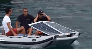 Navigare a 100 watt. L'energia di una lampadina muove un catamarano e 4 persone